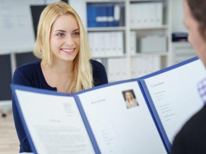 Jak wybrać odpowiednią osobę do pracy w księgowości?